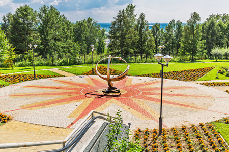 reloj de sol: Principales Kamyshenskoe meseta, Novosibirsk, Siberia, Rusia - 2 de agosto de 2017: el reloj de sol en el Parque del gran planetario de Novosibirsk Editorial