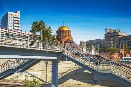 ロシア、シベリア、ノボシビルスクの都市-9 月17日、2017: 鉄道の歩行者橋にアレクサンドル・ネフスキーの名前の大聖堂の眺め 報道画像
