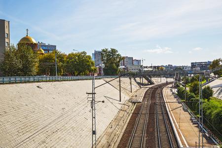 ロシア、シベリア、ノボシビルスクの都市-9 月17日、2017: 鉄道旅客駅「センター」からアレクサンドル・ネフスキーの名前で大聖堂の眺め