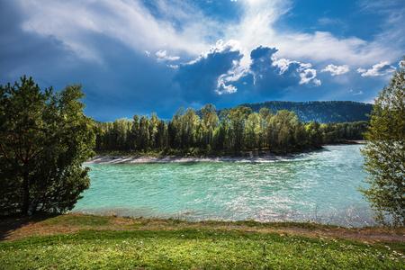 夏の山に対するカトゥン川のターコイズブルーの海。ロシア、南シベリア、マウンテンアルタイ