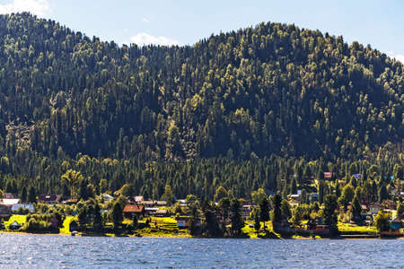 View of the village of iogach from lake Teletskoye. 版權商用圖片
