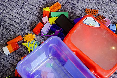 viele Kinderspielzeuge auf dem auf dem Foto abgebildeten Boden