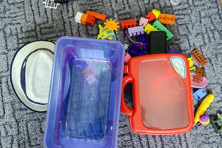 auf dem Foto abgebildet viele Kinderspielzeuge auf dem Boden