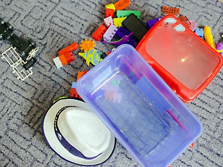 auf dem Foto abgebildet viele Kinderspielzeuge auf dem Boden Standard-Bild