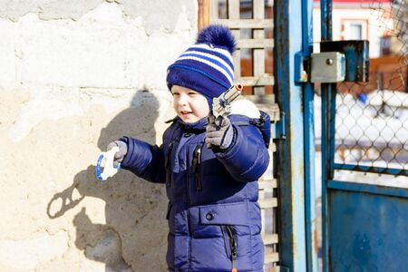 little boy walks in winter plays with a gun Banque d'images - 131665730