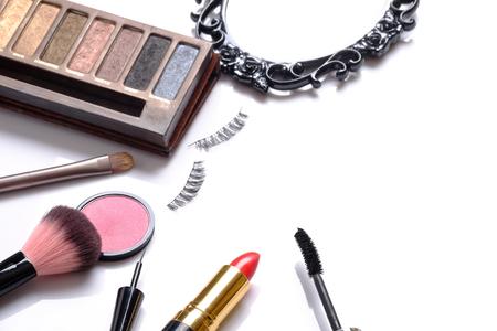 pestaÑas postizas: La belleza del concepto del fondo, la idea para cosméticos constituyen objetos: barras de labios, sombras de ojos, pestañas postizas, cepillo de rímel y con espacio para el texto aislado en el fondo blanco.