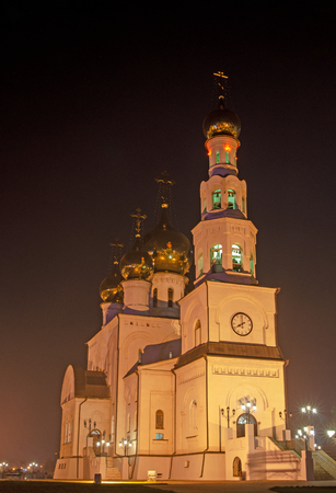 Night photo of an orthodox cathedral. Golden domes in the light of street lamps. Banco de Imagens