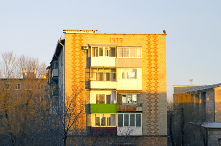 Ordinary Russian apartment building. The golden hour, before sunset. Banco de Imagens