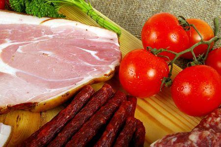 mucha gente: Carnes y embutidos - comida muy popular en muchas personas