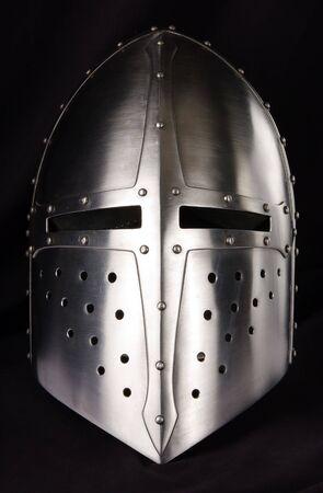ナイト: 中世の騎士の鉄のヘルメット。非常に重い頭飾り