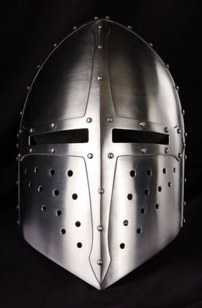 cavaliere medievale: Ferro casco del cavaliere medievale. Molto pesante copricapo