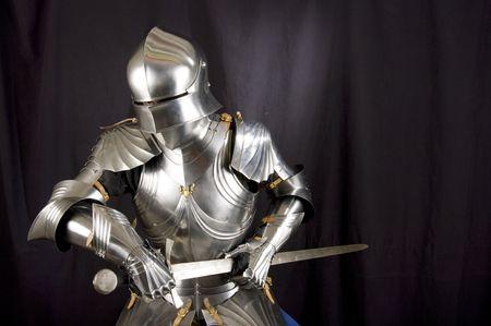 ナイト: 中世の騎士の鎧。反対者の武器に対する兵士の金属の保護 写真素材