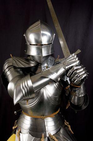 caballero medieval: Armour del caballero medieval. Protecci�n de metal del soldado contra el arma del oponente
