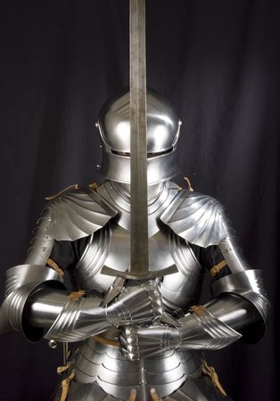 cavaliere medievale: Armatura del cavaliere medievale. Protezione metallica del soldato contro l'arma dell'avversario