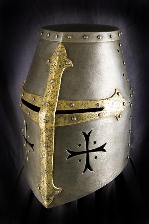 caballero medieval: Casco de hierro del caballero medieval. Tocado muy pesada