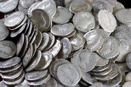 monedas antiguas: Monedas antiguas son de plata. Los medios de pago de los siglos pasados