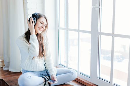 relaxen: woman listening music with headphones. relax and unwind.