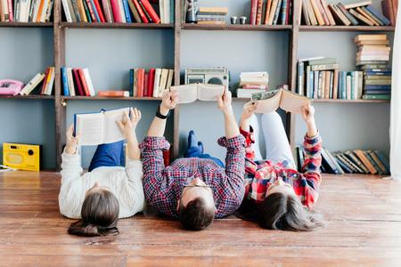 zusammen studieren zu Hause Gruppe von jungen Studenten.
