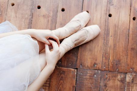 danseuse: Jeune danseuse debout sur poite à barre en classe ballet. Banque d'images