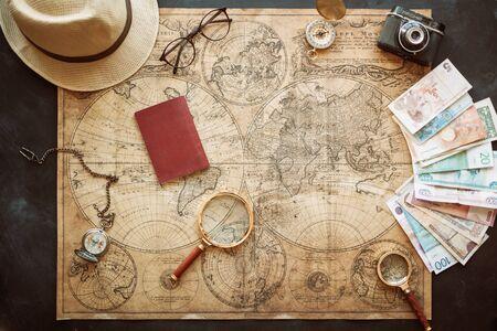 el concepto de viaje, elegante correspondencia cuaderno y el pasaporte en el fondo de artesanía.