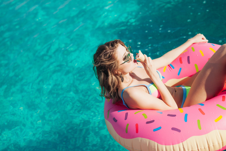 sexy woman girl in sunglasses eating ice cream at the pool. 20s Imagens - 65361455