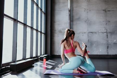 Mujer Estera De Yoga Estirar La Cadera, Los Músculos Isquiotibiales ...