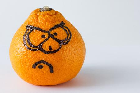 Emotion Gesichter auf Mandarinen Fotoset. Wütendes Gesicht.
