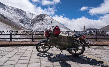 Motorbikes on the Alpine Snow Road Standard-Bild