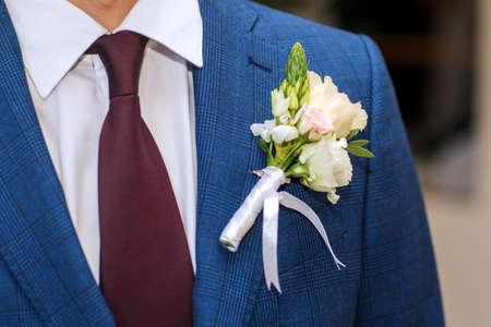 Close-up suit groom with tender flower buttonhole Standard-Bild
