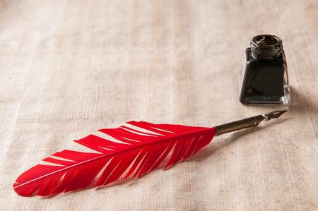 pluma: Pluma en una hoja de papiro