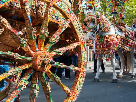 Primo piano vista di una ruota colorata di un tipico carretto siciliano durante uno spettacolo folkloristico