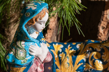 Mother Mary: Painted pottery statue portraying the virgin Mary in the ceramic nativity scene of an artisan in Caltagirone Stock Photo