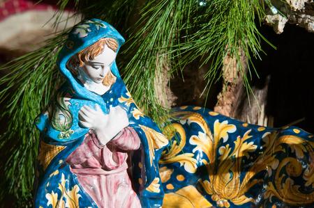 madre trabajadora: Estatua de cerámica pintada a retratar la virgen María en el pesebre de cerámica de un artesano en Caltagirone