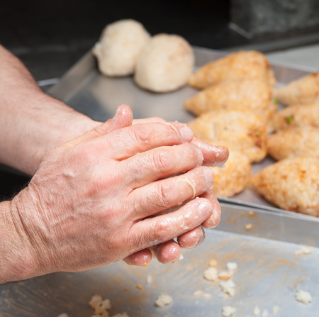 콘 모양에 전형적인 시칠리아 쌀 arancino 모델링 요리사의 손에