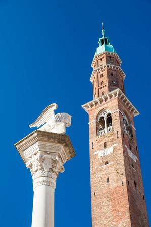 leon alado: La columna con el león alado y la torre del reloj de los Lores Plaza contra un cielo azul, Vicenza, Italia