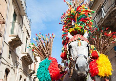componentes: Vista de cerca de una cabeza de caballo de un carro siciliano y su arnés ornamentales Durante una fiesta popular