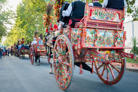 A charrettes siciliennes colorées typiques lors d'un spectacle folklorique