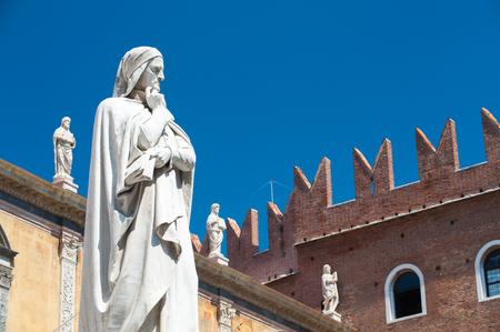 dante alighieri: The statues of the famous italian poet Dante Alighieri in Lords Square, Verona
