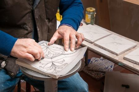 Ceramica artigiana a caltagirone in sicilia utilizzando la tecnica