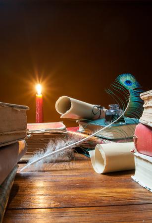 퀼 펜, 낡은 서류 및 촛불 등으로 된 서적 스톡 콘텐츠