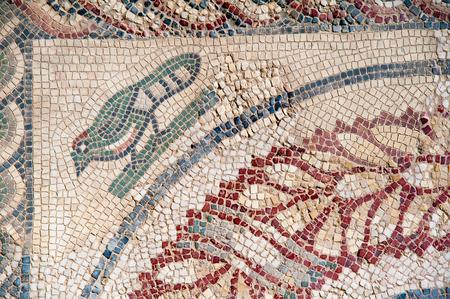 Nahaufnahmeansicht eines Vogels und und der Motive auf dem Boden des alten römischen Landhauses Del Casale des Wechselstroms des 4. Jahrhunderts in der Stadt Piazza Armerina, Sizilien Standard-Bild - 92394831