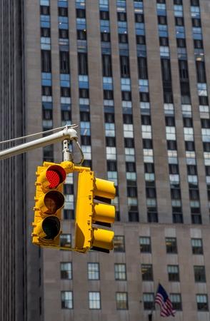 luz roja: semáforo amarillo en el fondo de los rascacielos de Nueva York. Brillante luz roja. Foto de archivo