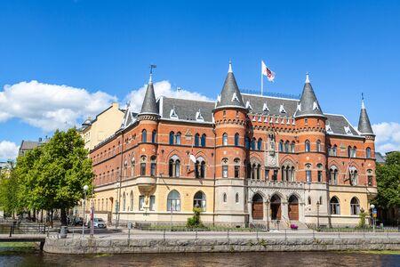 Orebro, Suède - juillet 2016 : Ville d'Orebro en Suède. Bel immeuble ancien du 19ème siècle, monument architectural situé sur la berge de la rivière Svartan. Maison typique à Orebro, Narke, Suède. Éditoriale