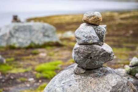 Steinhaufen sind Häuser für norwegische Märchentrolle. Trollhaus aus Steinen. Touristen bauen Trollhäuser aus Steinen, der Legende nach verstecken sich Trolle in diesen Häusern.