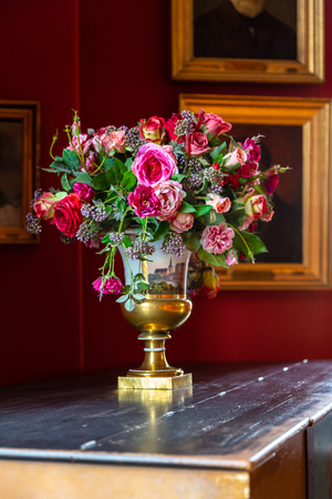 Vase with a beautiful fresh bouquet of flowers. Bouquet of flowers in a porcelain vase in vintage style. Banco de Imagens