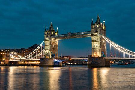 Paisaje nocturno con Tower Bridge, Londres, Reino Unido. Tower Bridge en Londres, Reino Unido, reflejándose en el río Támesis en la espectacular luz del atardecer. Tower Bridge por la noche. Tower Bridge con reflejos en Thames al atardecer