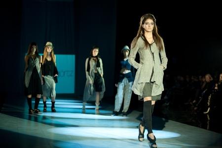 """Kiew, Ukraine - 17. Oktober: Fashion Modell trägt Kleider von """"Annette Görtz"""" auf der 24. Ukrainian Fashion Week erstellt am 17. Oktober 2009 in Kiew, Ukraine."""