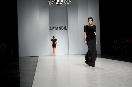"""Kiew, Ukraine - 16. Oktober: Fashion Modell trägt Kleider von """"Avtandil"""" am 24. Ukrainian Fashion Week erstellt am 19. Oktober 2009 in Kiew, Ukraine."""
