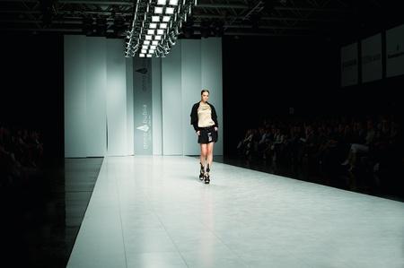 """KIEV, Ucraina - 16 ottobre: ??Fashion model indossa gli abiti creati da """"ANNA BUBLIK"""" alla Settimana della Moda 24 ucraini il 16 ottobre 2009 a Kiev, Ucraina. Archivio Fotografico - 10793195"""