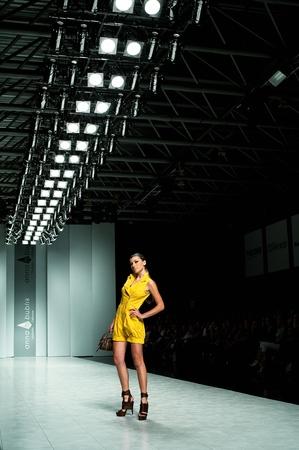 """Kiew, Ukraine - 16. Oktober: Fashion Modell trägt Kleider von """"ANNA Bublik"""" auf der 24. ukrainischen Fashion Week erstellt am 16. Oktober 2009 in Kiew, Ukraine."""